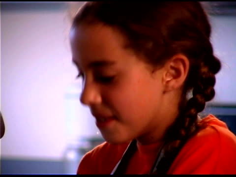vídeos de stock, filmes e b-roll de close-up of smiling girl - braço humano