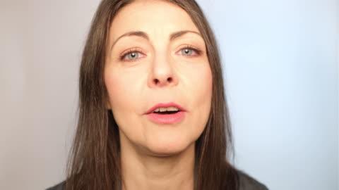 vídeos y material grabado en eventos de stock de primer plano de la mujer adulta media sonriente hablando - one mature woman only