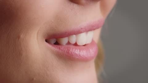 nahaufnahme der lächelnden frau mit rosa lippen - nahaufnahme stock-videos und b-roll-filmmaterial