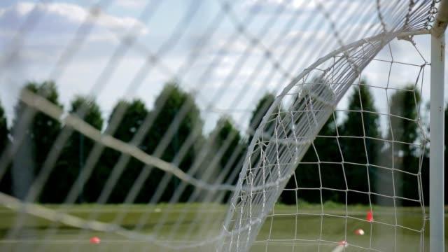 nahaufnahme des fußballnetzes auf einem feldstock-video - nah stock-videos und b-roll-filmmaterial