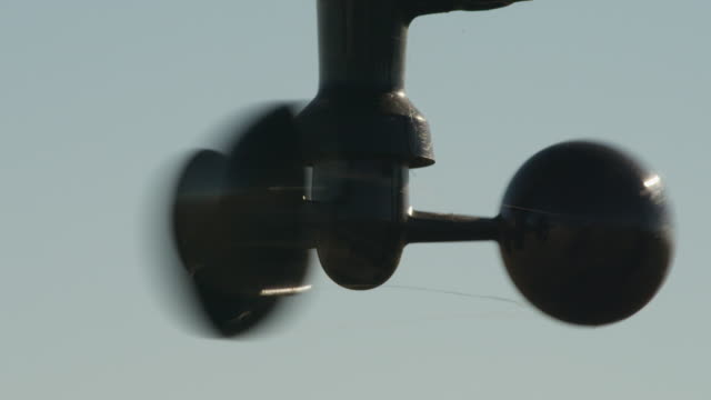 close-up of spinning wind-speed measurement turbine on a farm weather station. - wetterstation stock-videos und b-roll-filmmaterial