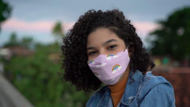 vídeos de stock e filmes b-roll de close-up of teenage girl wearing n95 mask - 14 15 anos
