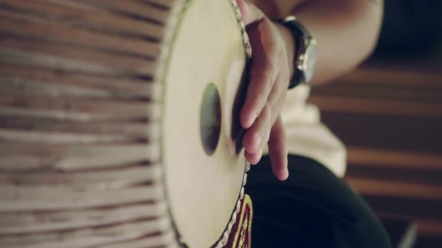 vídeos de stock e filmes b-roll de closeup of thai musician playing puang-mang - arte, cultura e espetáculo