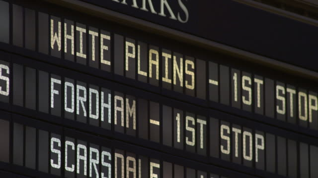 close-up of the departure board for white plains and fordham in grand central terminal in manhattan - informationstavla för ankomster och avgångar bildbanksvideor och videomaterial från bakom kulisserna