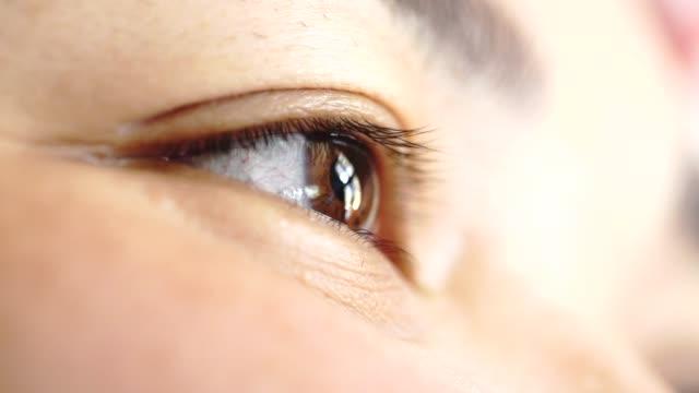 close-up der augen von einem netten jungen mädchen: frau, blick, blick, gesicht, im freien - nah stock-videos und b-roll-filmmaterial