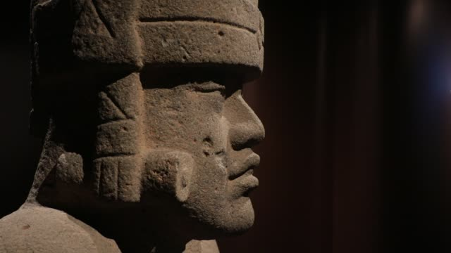 close-up of the face of a sculpture during the opening of the exhibition 'the olmecs and the civilizations from the gulf of mexico' at the quai... - kunst, kultur und unterhaltung stock-videos und b-roll-filmmaterial