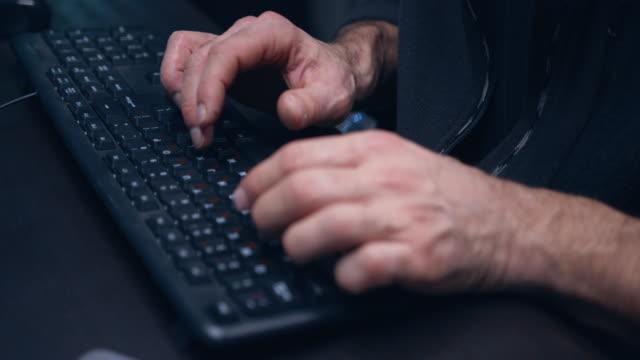 primo-up del codice del programma di digitazione delle mani dell'hacker. - codice video stock e b–roll