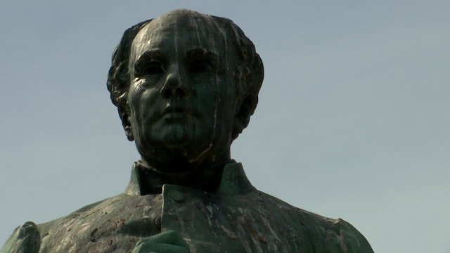 closeup of the johan ludvig runeberg statue in esplanadi on july 13 2018 in helsinki finland - music or celebrities or fashion or film industry or film premiere or youth culture or novelty item or vacations bildbanksvideor och videomaterial från bakom kulisserna
