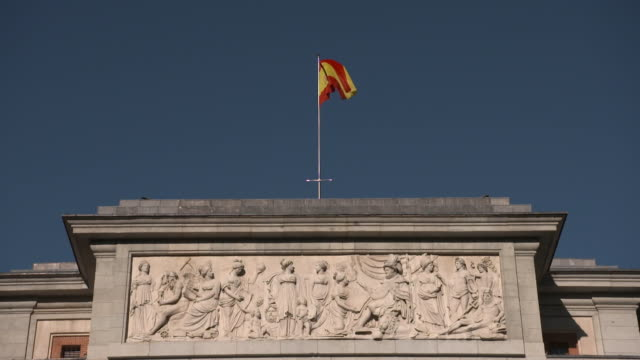 vídeos de stock e filmes b-roll de close-up of the spanish flag on top of the prado museum façade, madrid, spain - prado