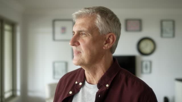 vídeos de stock, filmes e b-roll de close-up do homem pensativo em casa - só um homem maduro