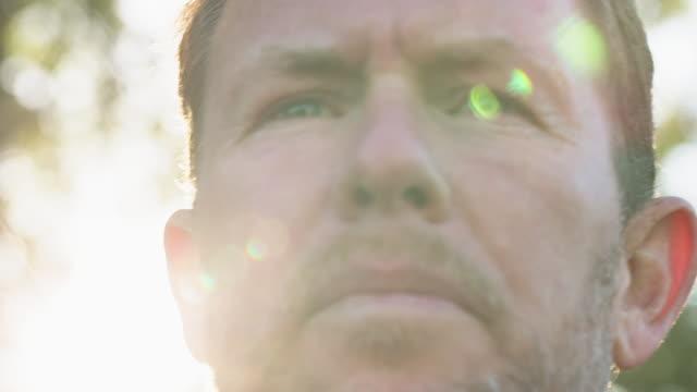 vídeos y material grabado en eventos de stock de close-up of thoughtful man during sunny day - barba de tres días