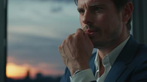 vidéos et rushes de gros plan de l'homme d'affaires bien habillé réfléchi - tenue soignée