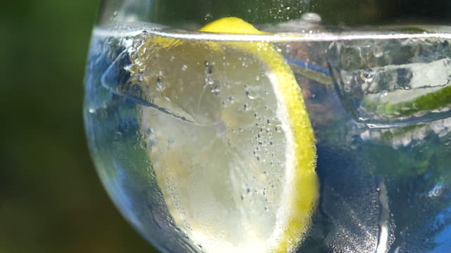close-up of tonic water with ice, lemon and lime. - tonic water stock videos & royalty-free footage