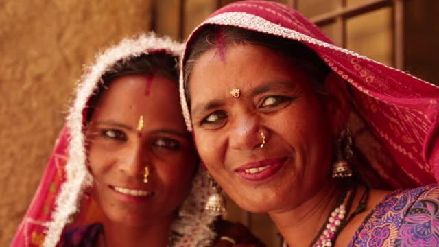vídeos de stock e filmes b-roll de close-up of two rajasthani women smiling, jaisalmer, rajasthan, india - roupa tradicional
