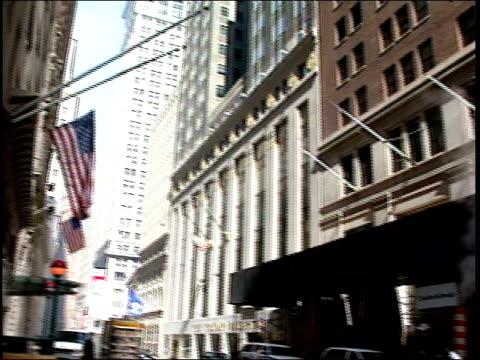 close-up of wall street street sign / distant shot of wall street / police officers wearing gas masks and talking - snabb panorering bildbanksvideor och videomaterial från bakom kulisserna