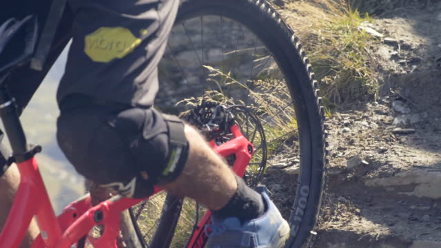 vídeos y material grabado en eventos de stock de closeup of wheels and tires on a mountain bike trail. - slow motion - mountain bike