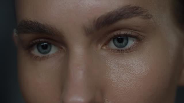 vídeos de stock, filmes e b-roll de close-up dos olhos da mulher que olham a tela do telefone. - sobrancelha