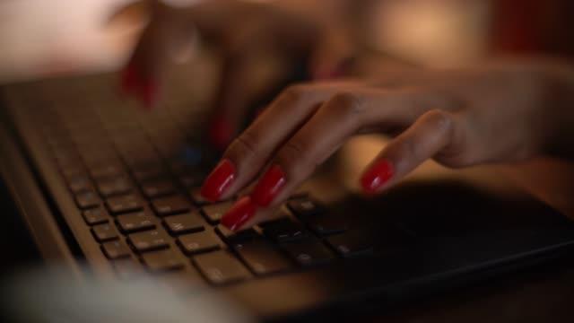 vídeos de stock, filmes e b-roll de close-up da mulher mão digitando - teclado de computador