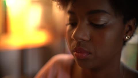 närbild av kvinna hand att skriva - journalist bildbanksvideor och videomaterial från bakom kulisserna