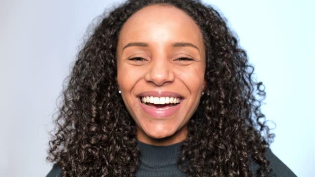 vidéos et rushes de plan rapproché de la femme riant sur le fond blanc - trentenaire