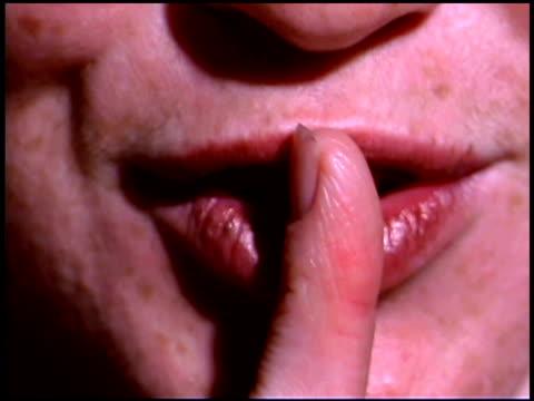 vidéos et rushes de close-up of woman shushing - bouche humaine