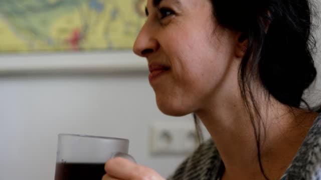 コーヒーを飲みながら話している女性のクローズ アップ - ゴルフのティー点の映像素材/bロール