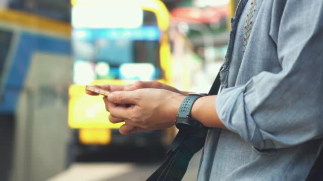vídeos de stock, filmes e b-roll de close-up de mulher usando smartphone no ônibus, dolly tiro - ônibus