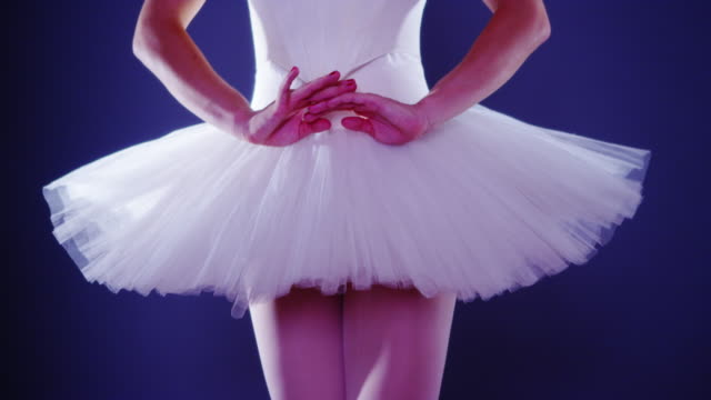 vídeos de stock e filmes b-roll de closeup of woman wearing tutu standing on tiptoes - andar em bico de pés