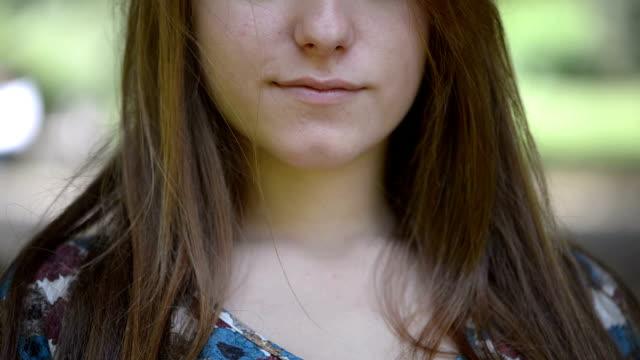 vídeos y material grabado en eventos de stock de detalle de mujer con el dedo en los labios - dedo sobre labios
