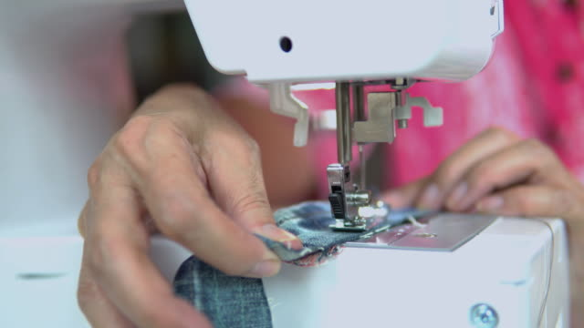 女性のクローズアップはミシンで働いています。 - パタンナー点の映像素材/bロール