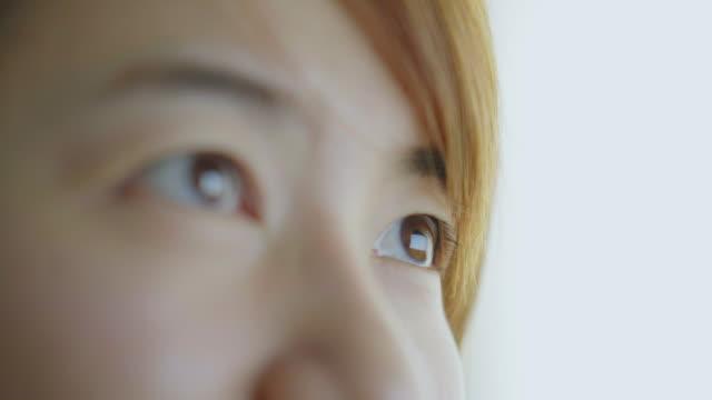stockvideo's en b-roll-footage met close-up van oog van de vrouw - omlaag kijken