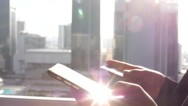 クレジット カードを保持している女性の手のクローズ アップ - クレジット決済点の映像素材/bロール