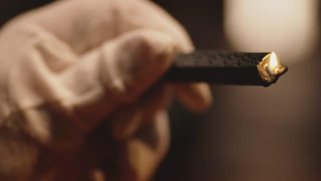 vídeos y material grabado en eventos de stock de primer plano de la mano del trabajador sosteniendo vela de fusión - artesanal
