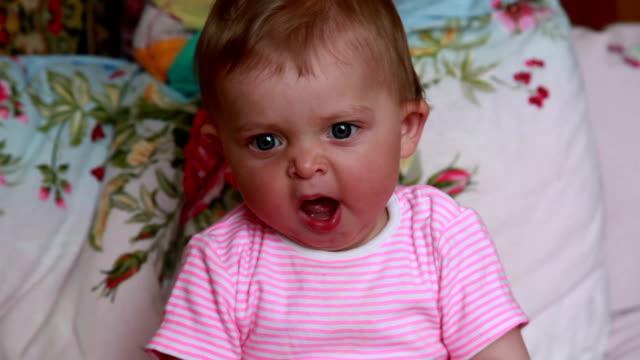 närbild av gäspningar baby - endast en flickbaby bildbanksvideor och videomaterial från bakom kulisserna