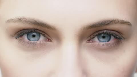 vídeos de stock, filmes e b-roll de close-up de jovem mulher, abrindo os olhos azuis - sobrancelha