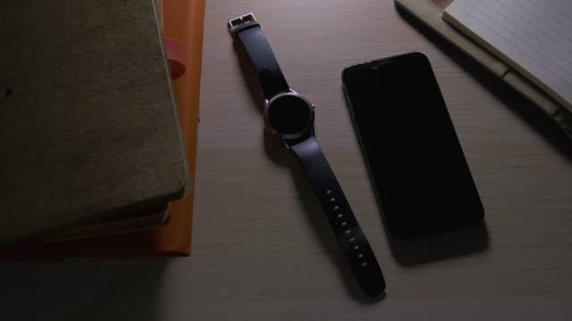 stockvideo's en b-roll-footage met close-up op slimme telefoon, mobiele telefoon en smart watch met beltoon - aanbellen