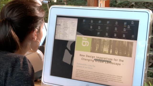vídeos y material grabado en eventos de stock de close-up one young businesswoman using computer in office - empresa de carácter social