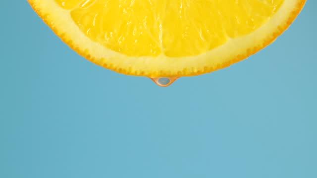 närmat orange skiva med droppar - vitamin c bildbanksvideor och videomaterial från bakom kulisserna
