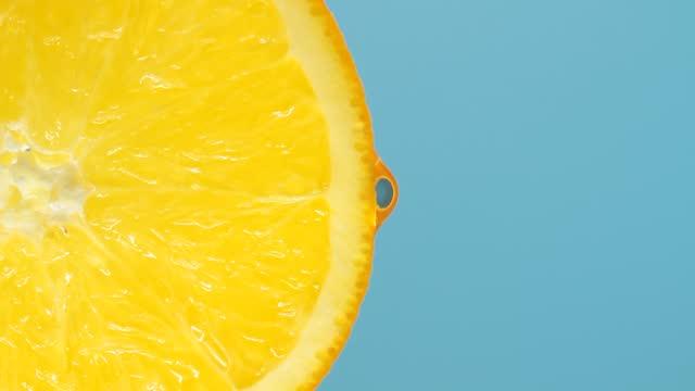 stockvideo's en b-roll-footage met de oranje plak van de close-up met dalingen - vitamine c