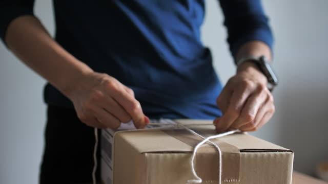 stockvideo's en b-roll-footage met close-up verpakking pakketdoos voor verzending, klaar om te verzenden - karton