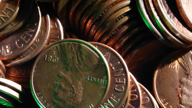 stockvideo's en b-roll-footage met a close-up pan across loose american pennies. - amerikaanse munt