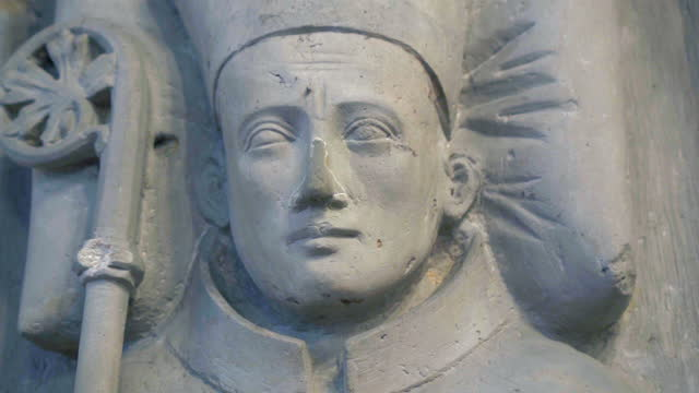 close-up pan of the face of a stone statue bishop in an old german church - erfurt, germany - 羊飼いの棒点の映像素材/bロール