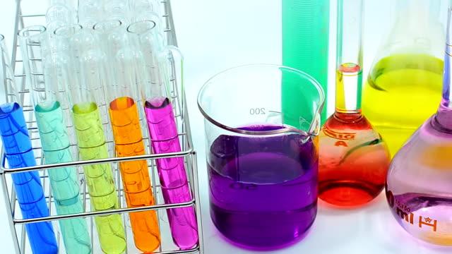 Nahaufnahme Schwenken: viele Farbe von Chemikalien in verschiedene Laborglas