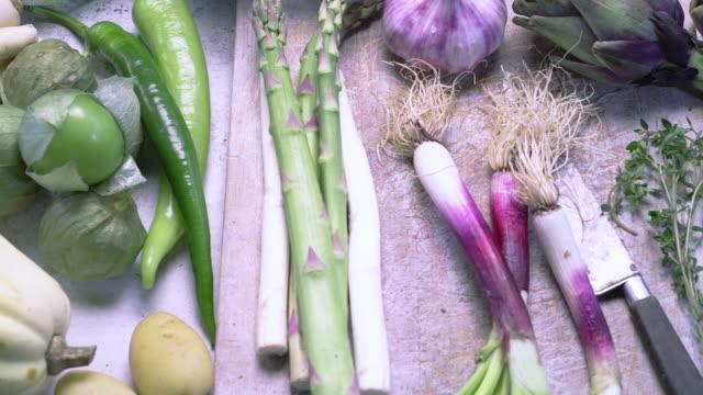 stockvideo's en b-roll-footage met close-up panning of assorted fresh vegetables - sperzieboon