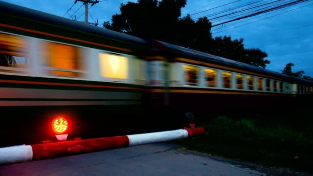 Train de voyageurs de Close-up au crépuscule