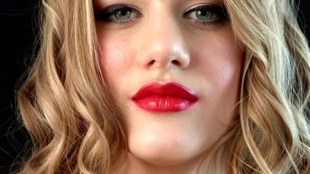 vídeos de stock, filmes e b-roll de close-up retrato de mulher bonita - boca humana