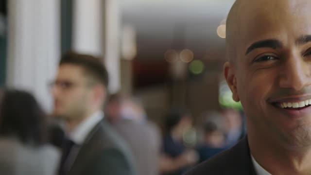 nahaufnahme porträt des selbstbewussten glatzköpfigen geschäftsmannes - konferenzzentrum stock-videos und b-roll-filmmaterial