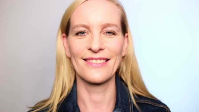 vídeos de stock e filmes b-roll de close-up portrait of happy mid adult woman - retrato formal