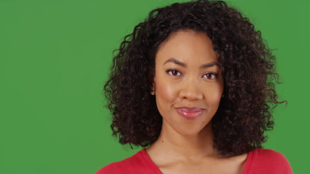 stockvideo's en b-roll-footage met close-up portrait of pretty black woman smiling  on greenscreen background - {{relatedsearchurl(carousel.phrase)}}
