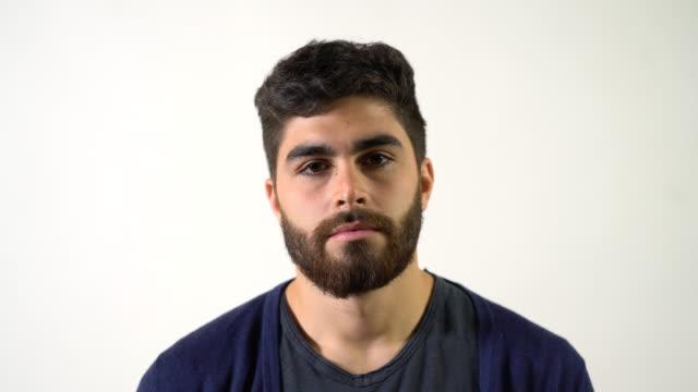 vídeos de stock e filmes b-roll de close-up portrait of serious young man with beard - retrato formal